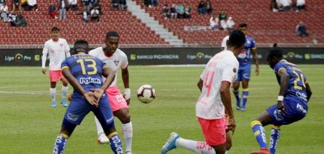 Jugadores de ambos clubes, disputando el balón.