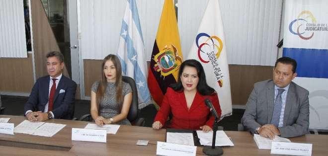 La presidenta del Consejo de la Judicatura, María del Carmen Maldonado (de rojo), habla ante la prensa. Foto: Twitter Judicatura