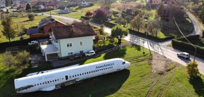 Una pequeña aeronave realizó un aterrizaje de emergencia en el jardín de una casa.