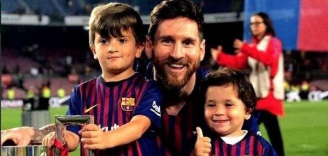 Leo Messi junto a sus hijos, Thiago y Mateo.