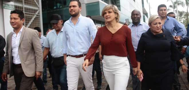 La alcaldesa de Guayaquil acudió a la audiencia de acción de protección junto a algunos concejales. Foto: API