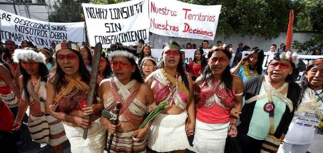 La protesta se realizó afuera de la Corte Constitucional en Quito. Foto: EFE/ Jose Jacome