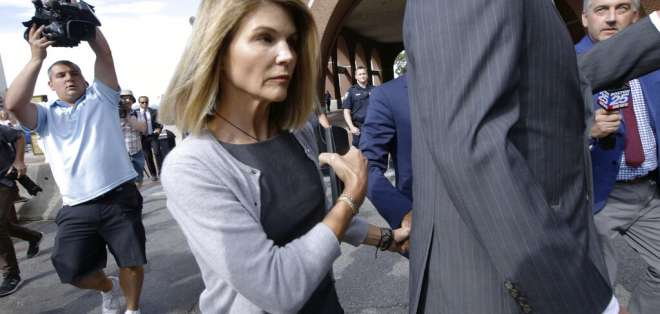 Loughlin y su esposo están acusados de pagar USD 500.000 para que sus dos hijas fueran admitidas en una universidad. Foto: AP