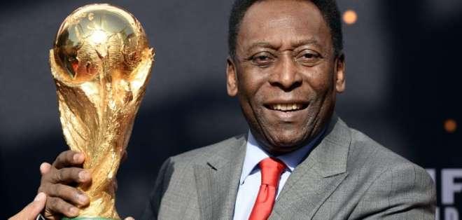 Pelé con el trofeo del Mundial. Foto: Internet.