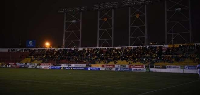 Las luminarias del estadio apagadas. Foto: Radio Huancavilca.