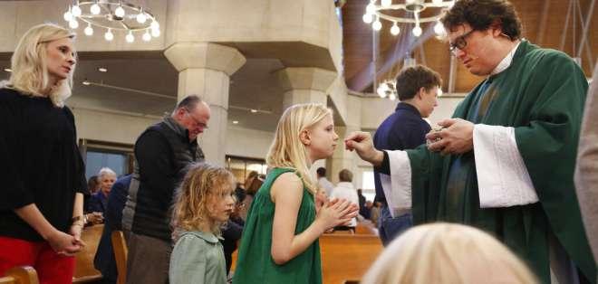 Whitfield es marido, padre de cuatro hijos y un sacerdote querido en su comunidad en Dallas. Foto: AP
