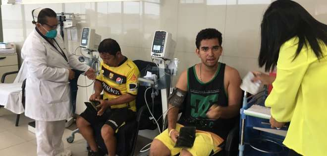 Hinchas reciben asistencia en Ecuador. Foto: Cancillería de Ecuador.
