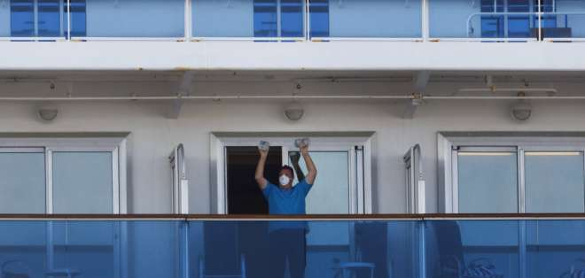 Un pasajero se ejercita con dos botellas de agua a bordo del crucero en cuarentena Diamond Princess. Foto: AP Foto/Jae C. Hong