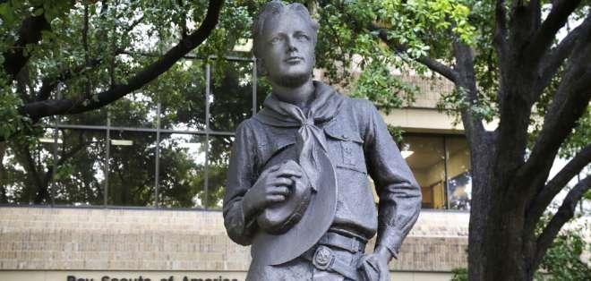 Una estatua ante la sede de los Boys Scouts of America en Irving, Texas. Foto: AP