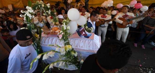 La niña de 7 años fue encontrada muerta el pasado fin de semana y enterrada este martes. Foto: PEDRO PARDO / AFP