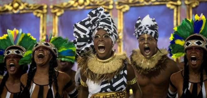RIO DE JANEIRO, Brasil.- Miembros de la escuela de samba Mangueira. Foto: AFP