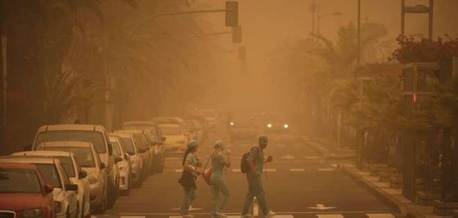 La tormenta de polvo y arena que azota a las Islas Canarias en Santa Cruz de Tenerife. Foto: AP