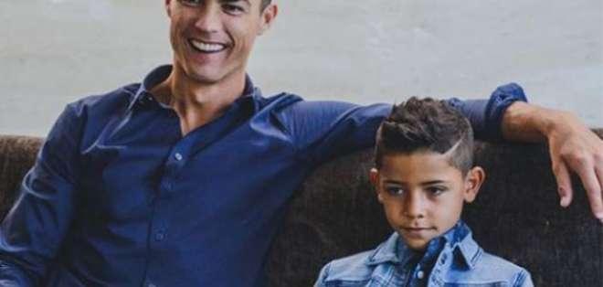 Cristiano Ronaldo junto a su hijo. Foto: Internet.
