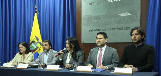 Autoridades de Educación, IESS, Salud, Transporte y Obras Públicas y del Parque Nacional Galápagos en rueda de prensa.
