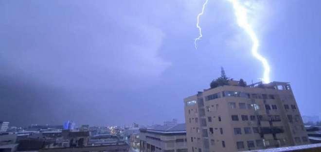 Tormenta eléctrica en Guayaquil el miércoles 26 de febrero. Foto: @KarenServigon