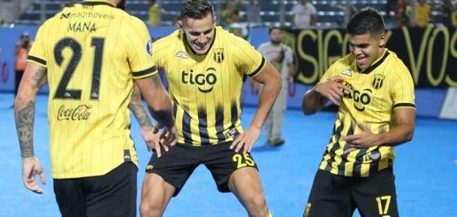 Jugadores de Guaraní celebran un tanto. Foto: Twitter.
