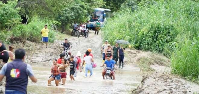 PEDRO CARBO.- La fuerza del agua destruyó un puente y afectó cultivos. Foto: Gobernación del Guayas.
