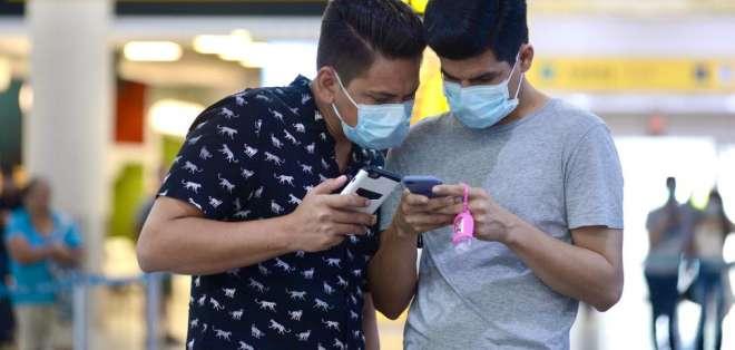 GUAYAQUIL, Ecuador.- Varios ciudadanos optaron por usar mascarillas durante su estadía en la terminal aérea. API/Marcos Pin