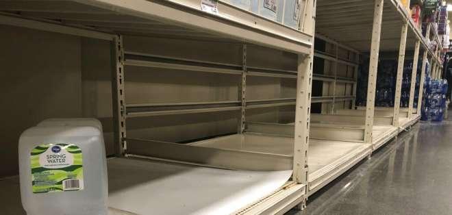 Un contenedor de agua en una estantería vacía en un supermercado en Anchorage, Alaska. Foto: AP Foto/Mark Thiessen