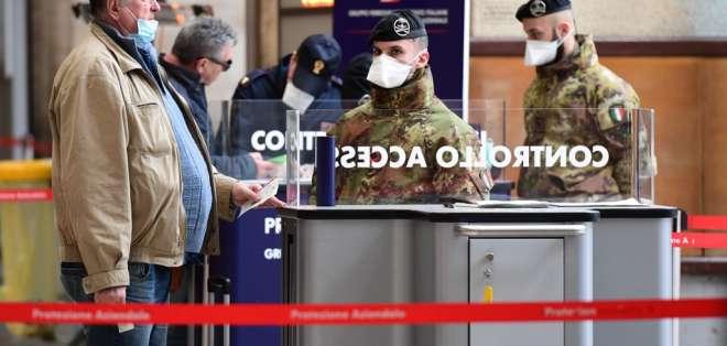 En Milán, Italia, soldados controlan a pasajeros en una estación de trenes. Foto: AFP