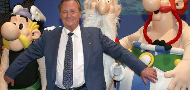 En esta foto del 12 de junio de 2004, el ilustrador francés Albert Uderzo posa con sus personajes. Foto: AP