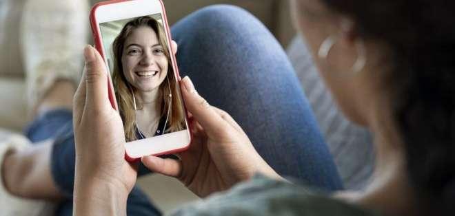 Ahora las reuniones de trabajo y las fiestas son virtuales; mientras que las familias se comunican con video. Foto: Getty Images
