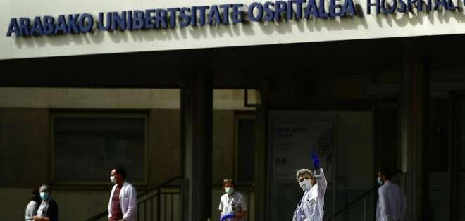 El personal de salud frente al hospital Txagorritxu para exigir equipo, en Vitoria, España. Foto: AP
