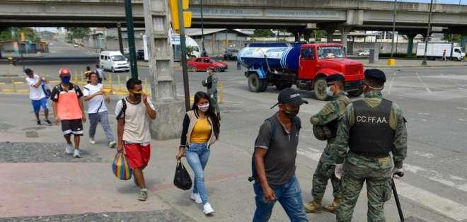 Personas transitan por las calles de Guayaquil en plena emergencia sanitaria por coronavirus. Foto: API