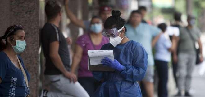 En México, una enfermera registra datos de personas que se harán prueba de COVID-19. Foto: AFP
