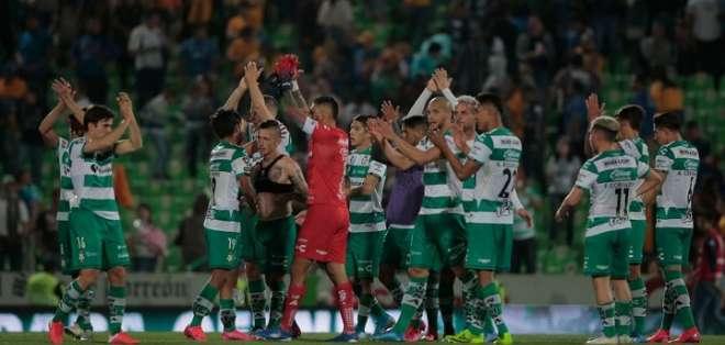 Jugadores de Santos saludando a la gente. Foto: Los Pleyes.
