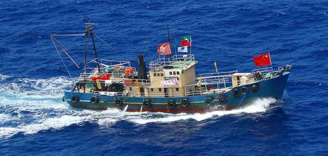 Buque pesquero chino, que pertenece a la flota de barcos chinos pescando en Galápagos.