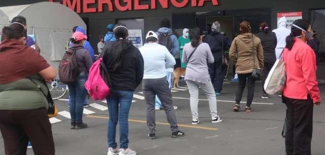 Familiares de pacientes esperan conocer alguna información de sus seres queridos, este jueves en el hospital IESS Quito. EFE