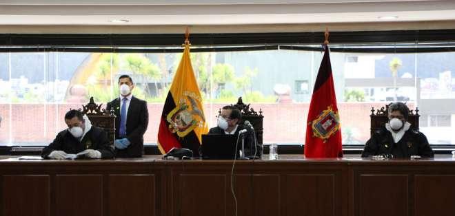 Los jueces Iván León, Iván Saquicela y Marco Rodríguez, durante una audiencia de juzgamiento en el caso Sobornos. Foto: API