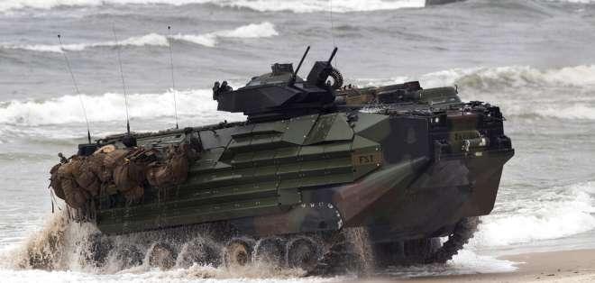Un vehículo de asalto anfibio de la infantería de marina de Estados Unidos participa en maniobras de desembarco. Foto: AP