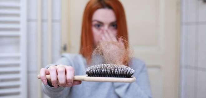 Esta condición es una pérdida temporal de cabello causada por estrés emocional y síntomas físicos. Pixabay