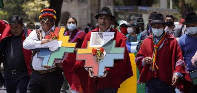 Jaime Vargas (izq.), presidente de la Conaie, y Leonidas Iza (cen.), presidente del Movimiento Indígena de Cotopaxi. Foto: API.