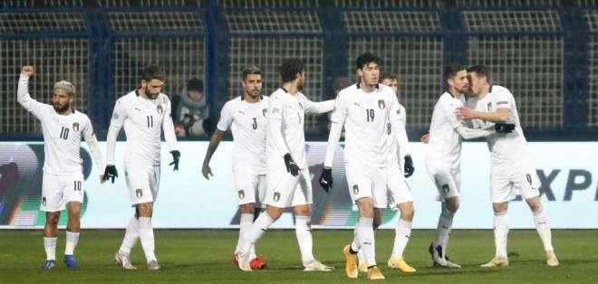Los jugadores de Italia celebran el gol de Andrea Belotti. Foto: AP.