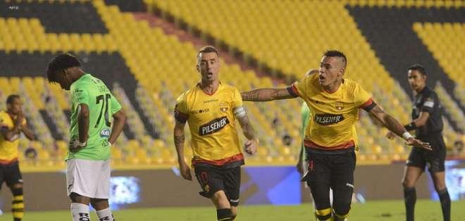 Damián Díaz (i.) y Jonathan Álvez (d.) celebran uno de los tantos 'amarillos'. Foto: API