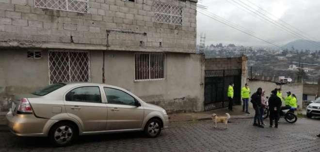 Unos agentes de la policía fuera de la vivienda investigada. Foto: Tomada @PoliciaEcuador