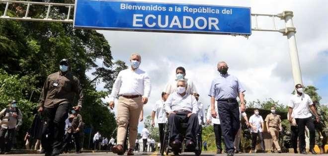 Iván Duque (i.) y Lenin Moreno (c.) caminaron juntos rodeados de una fuerte custodia militar. Foto: EFE/ Cortesía