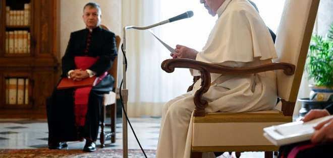 El pontífice recibió la primera dosis de la vacuna de Pfizer en el atrio del aula Pablo VI. Foto: EFE.