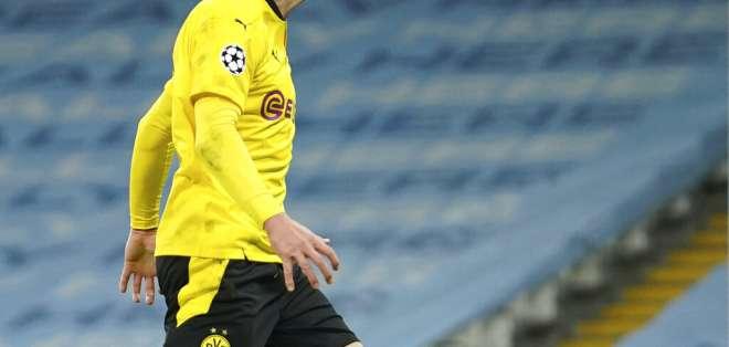 Erling Haaland, delantero del Borussia Dortmund, tras desperdiciar una ocasión de gol durante el partido contra Manchester City.