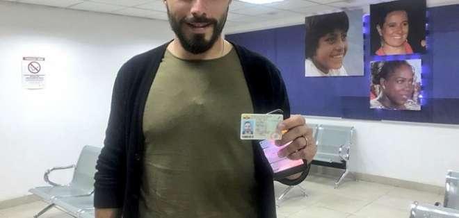 El portero de Universidad Católica con su cédula.