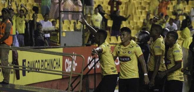 Fidel Martínez celebra uno de sus goles. Foto: API
