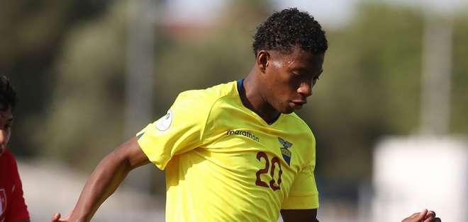 El jugador de 18 años disputando un cotejo con la selección sub 20.