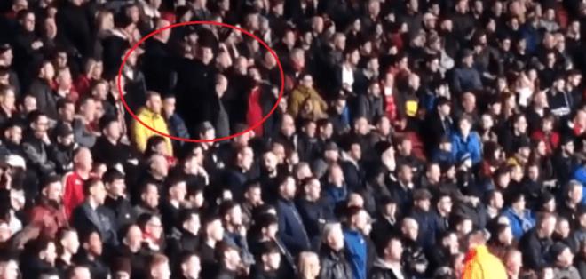 Dos aficionados del Southampton hicieron gestos de avión durante el duelo ante Cardiff City. Foto: Tomada de bolavip.com