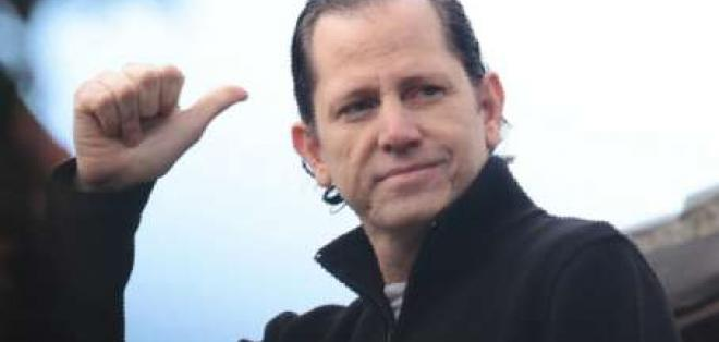 Cancillería de Ecuador dice que director de El Universo puede salir del país