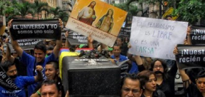 Empleados de diario El Universo protestan contra la condena