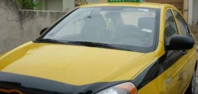 José Vicente León, un taxista que recibe a sus pasajeros con serenata
