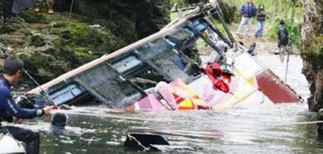 Bus de transporte se hundió en el río Pastaza